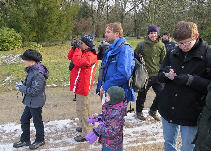 30 Vogelfreunde, darunter 5 Kinder, kamen, um Interessantes über die heimische Vogelwelt zu erfahren und sich an der Zählung zu beteiligen.