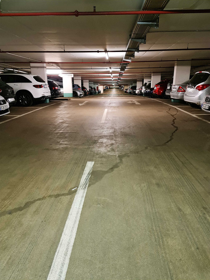 Billig parken am Flughafen in Frankfurt am Main am überdachten und bewachten Stellplatz