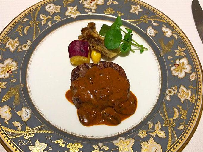 牛フィレ肉のグリエ ストロガノフソース これまた柔らかく、牛肉の風味が豊かだった