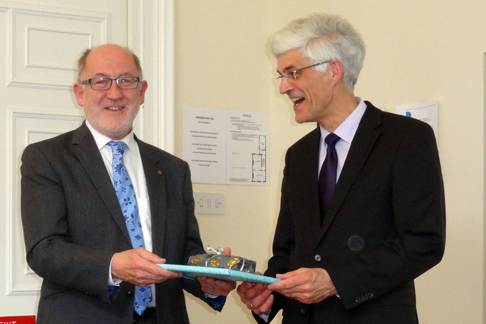 Professor Dr. Johann Sjuts (rechts) dankt dem ehemaligen Schulinspektor Paul Caffrey für dessen Vortrag zum irischen Schulwesen.