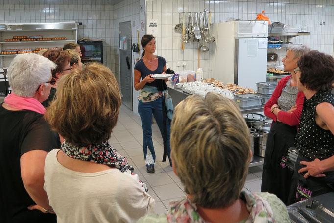 Rita Schnyder, Verantwortliche Gastro & Deko, erteilt der TOP Service-Crew Instruktionen.