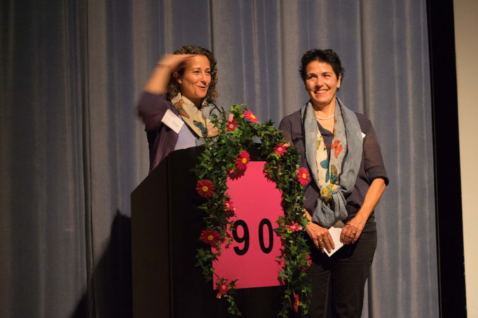 Vivien Ansermet begrüsst Susanne Felber als neue Präsidentin.