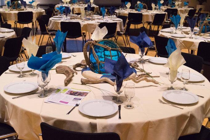 Festlich gedeckte Tische im Gemeindesaal Meggen. 180 Mitglieder nahmen an der Jubiläums-GV teil.