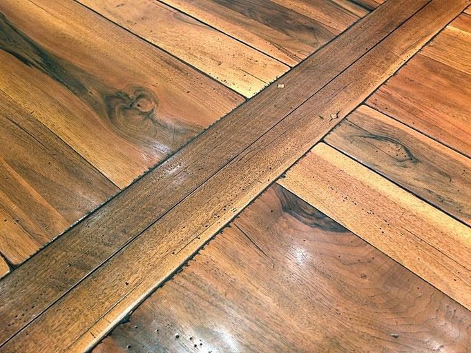 Detailss Tisch Normandie Nussbaum