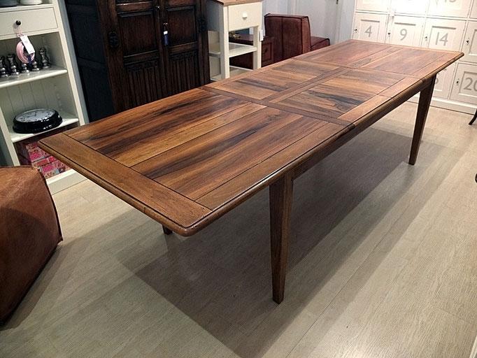Tisch Normandie Nussbaum mit zwei ausgeklappten Verlängerungen