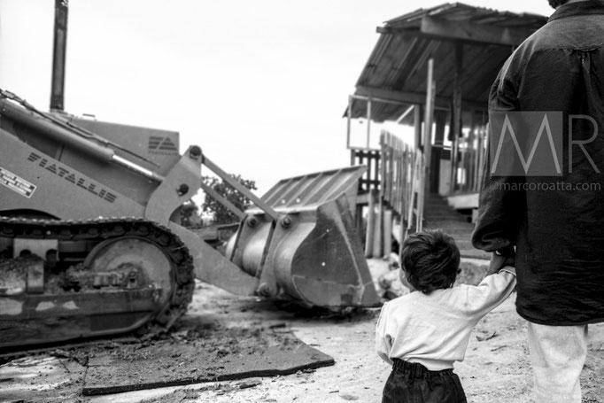 Una bimba assiste alla demolizione tenendo per mano il padre - Torino