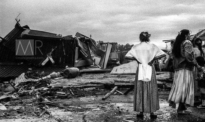 Donne osservano la demolizione delle loro abitazioni - Torino