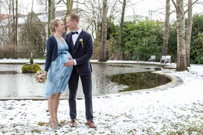 Brautpaar küsst sich im Winter am Teich im Garten vom Schloss Bümpliz in Bern