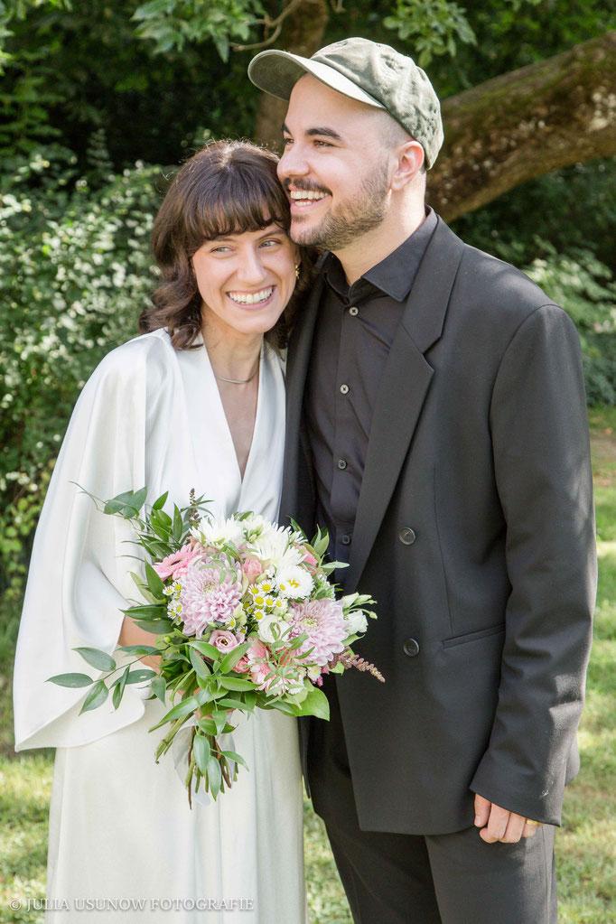 Glückliches Paar nach der Zivilen Trauung in Bern