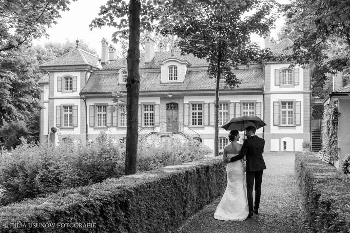Fotoshooting zu Zweit im Schloss Bümpliz, Schwarzweissfoto nach Regen