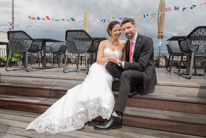 Brautpaar auf der Dachterrasse vom Hotel Schweizerhof in Bern nach Regen