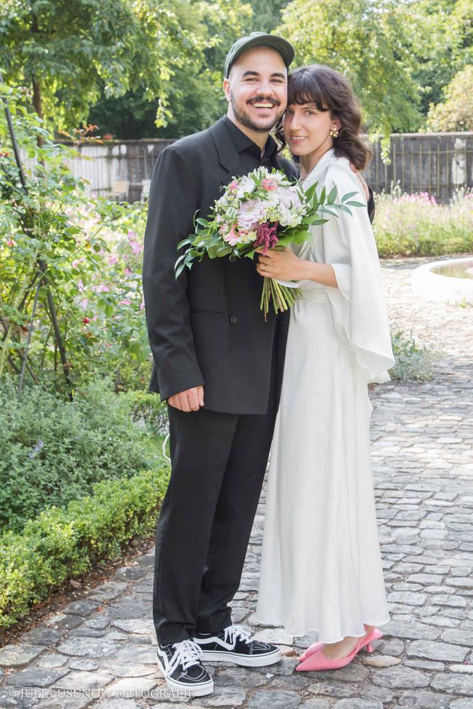 Hochzeitsfoto - Brautpaar im Rosengarten vom Schloss