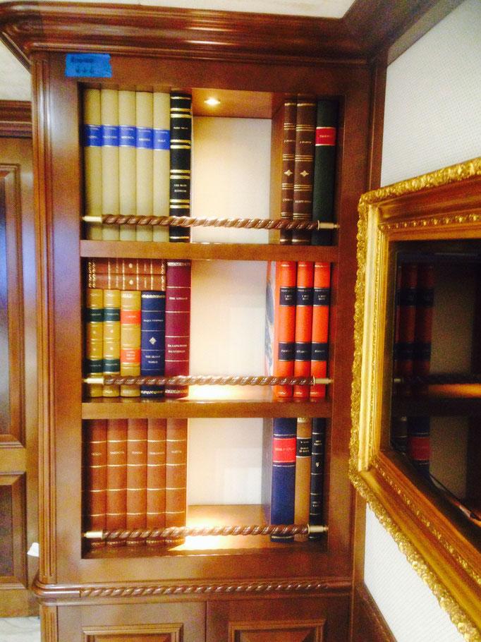 Vista generale della nicchia completa dei finti libri