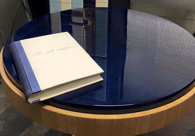 Libro firma e tavolo in pergamena