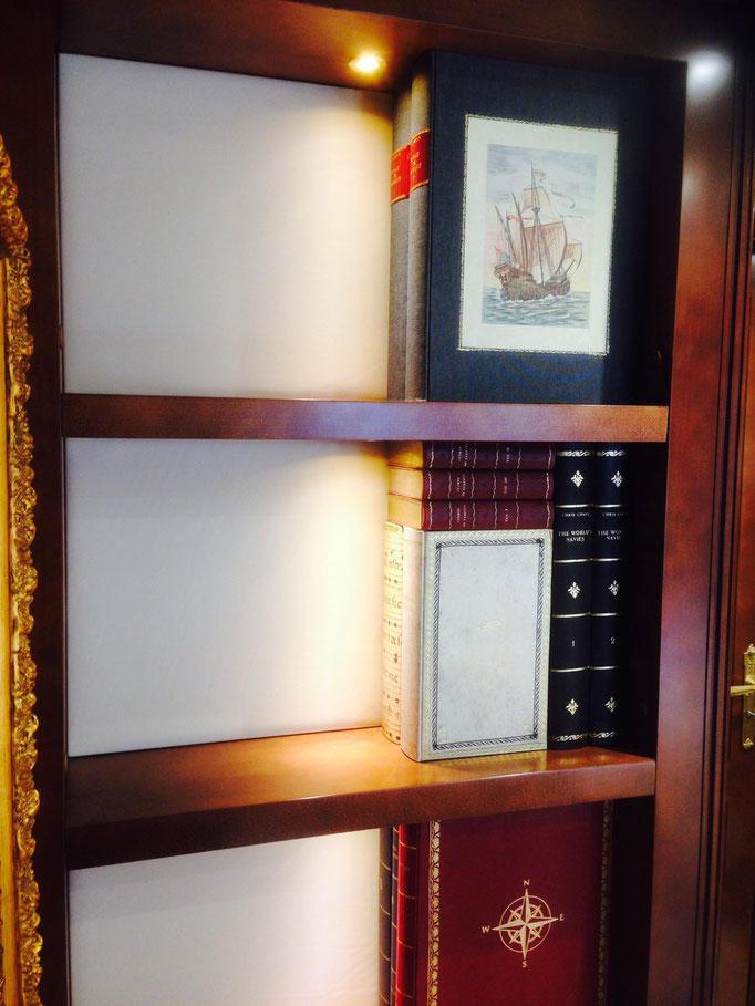 Vista laterale della nicchia con i finti libri montati