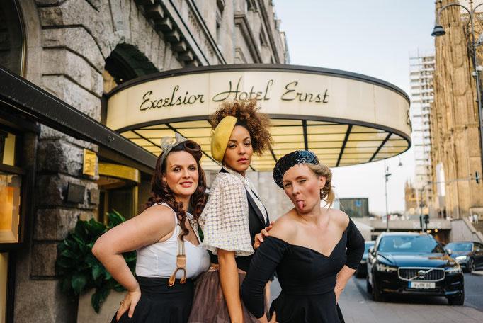 Julie von Hoeven, Lou Goldsten und Peggy Sugarhill zwischen ihren Auftritten im Excelsior Hotel Ernst