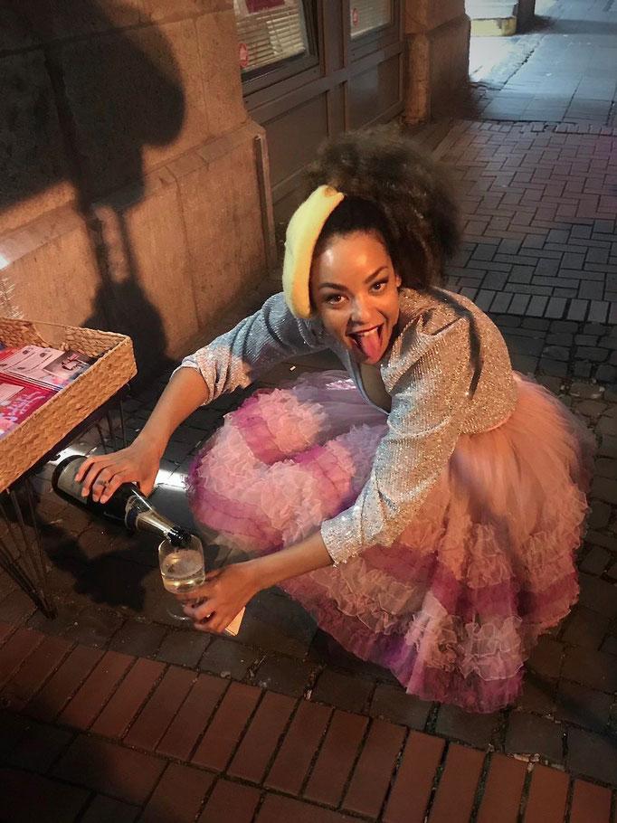 Lou Goldstein genehmigt sich nach ihrem Auftritt im Kölner Senftöpfchen Theater ein Glas Cremant.