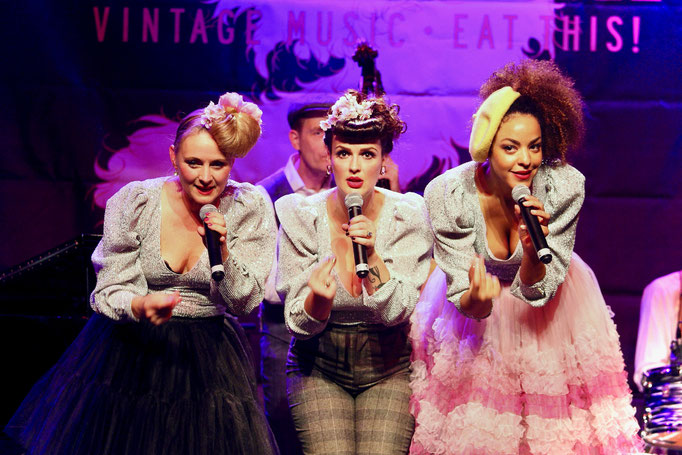"Lou's The Cool Cats performen den Song ""Nothing Brakes Like a Heart"" im Senftöpfchen Theater in Köln"