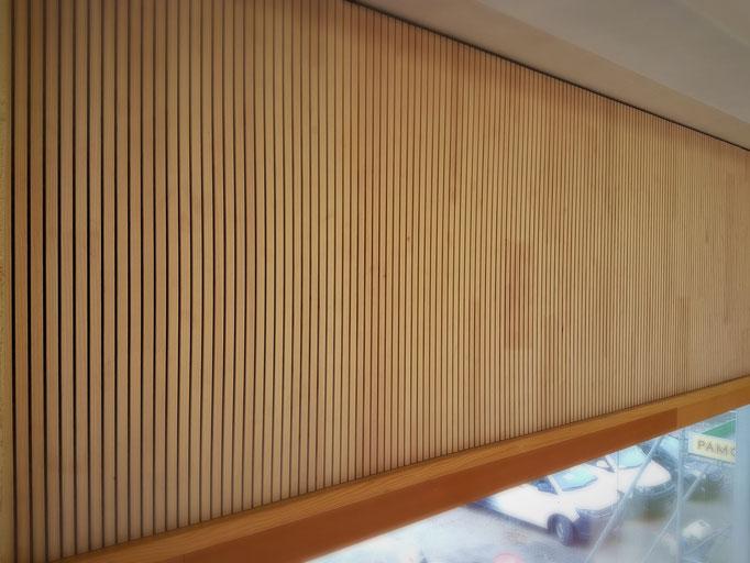 Der Sturz über der langen Fensterfront inklusive der passenden Lärchenabschlussleiste.