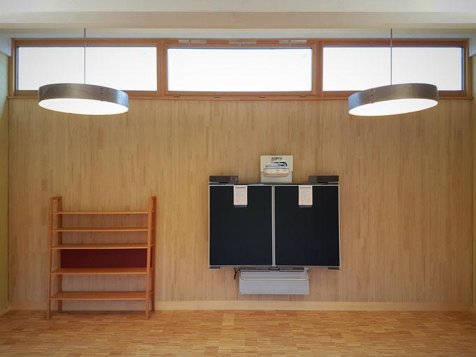 Die Schulzimmerwand mit Smartboard.