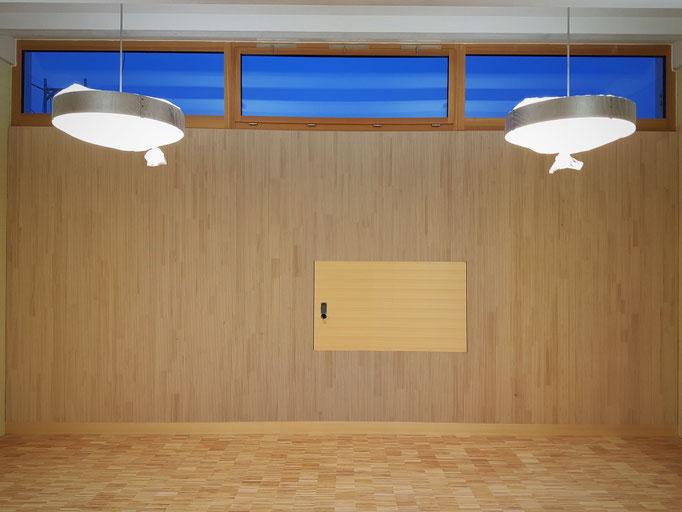 Die Schulzimmerwand nach der Montage der Akustiktäferung.