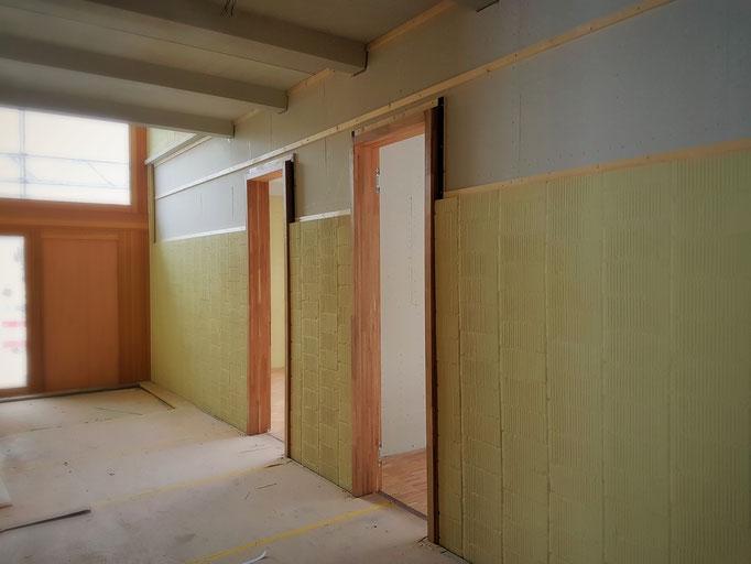 Die Montage der Unterkonstruktion in einem der beiden Schulhausfluren.