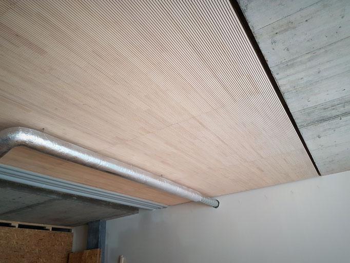Die Akustikdecke wurde 180mm mittels Lattenrost abgehängt und mit Steinwolle ausgedämmt.