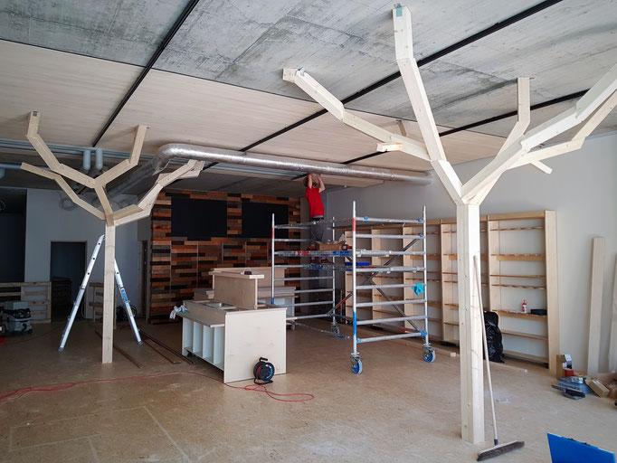 Positionierung und Montage der Hauptäste der Dekorationsbäume.