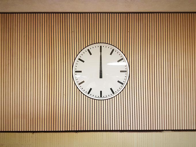 Mit millimetergenauer Oberfräsarbeit fügt sich die neue Wanduhr perfekt in das Gesamtbild mitein.