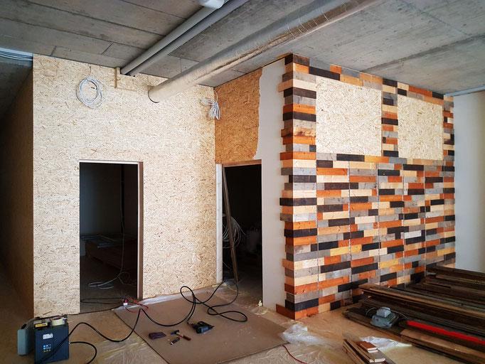 Beplankung der Lagerraumwand mit altem Scheunenholz.