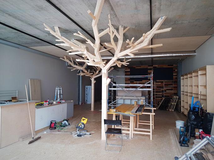 """Der erste Baum hat seinen """"Feinschlief"""" bekommen und passt perfekt in die Räumlichkeiten."""