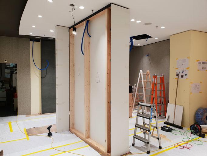Montage der raumtrennenden Leichtbauwand mit Holzständer-Konstuktion