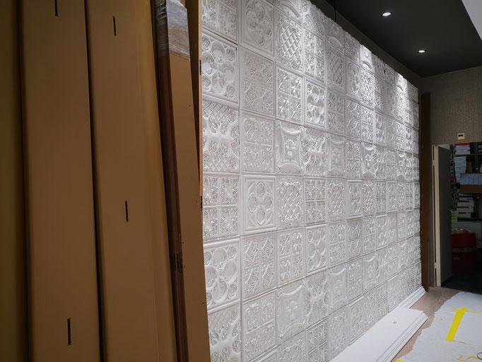 Der Aufbau der stylischen Regalwand