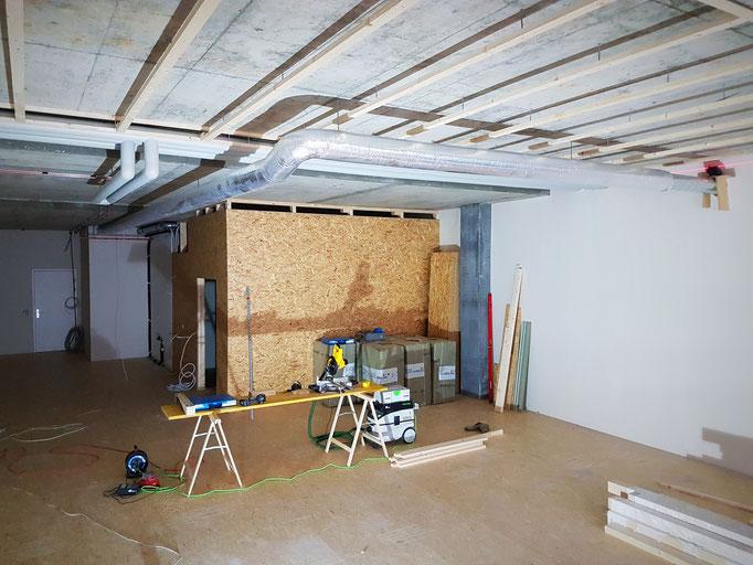 Beplankung des Lagerraums in OSB-Platten für eine hohe Stabilität und die Montage der Unterkonstruktion für die Akustikdecke.
