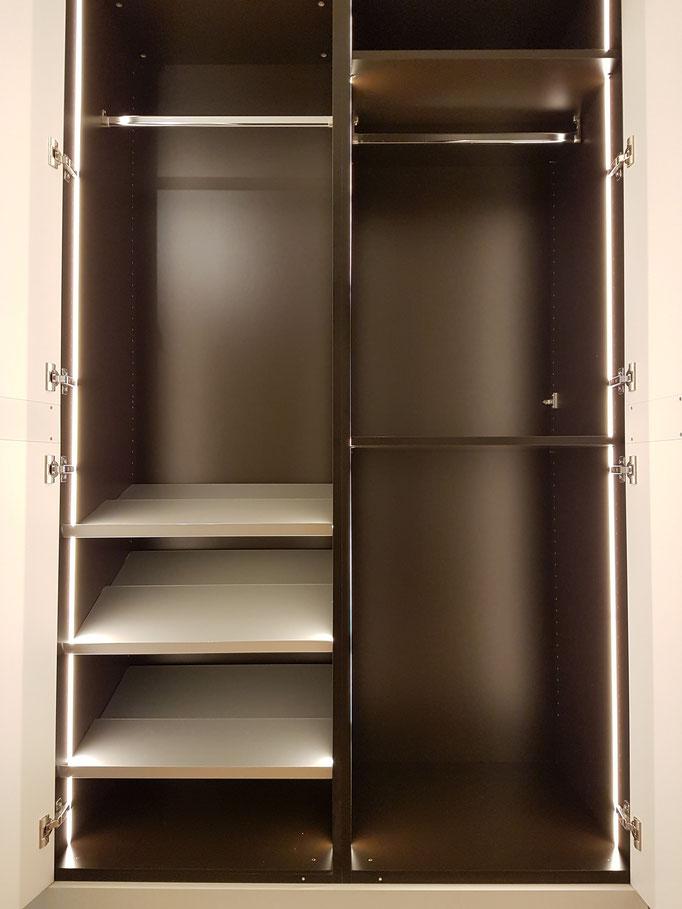 Schrankabteile welche eine Garderobenfunktion haben, wurden mit LED-Lichtbänder ausgestattet.