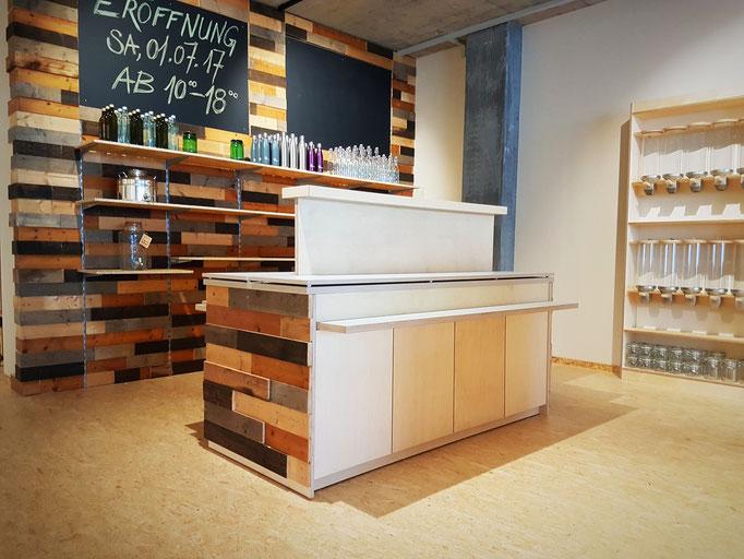 Die Gastrobehälter-Gestelle mit seitlicher Altholz-Beplankung passend zum Kassenkorpus.