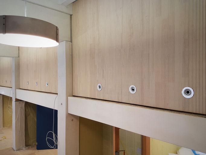 Die demontierbearen Akustikpaneelen inklusive Luftauslass.