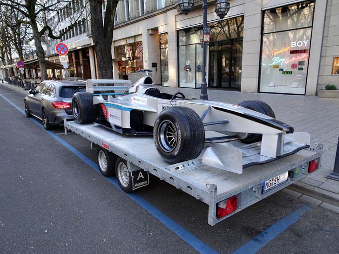 Formel 1 Showcar auf PKW Anhänger Transport / Werbung Messe