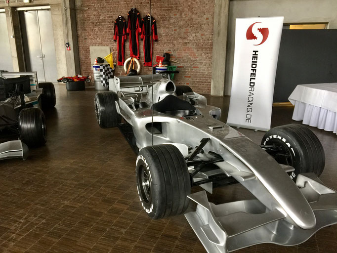 Formel 1 Showcar und Simulator mieten