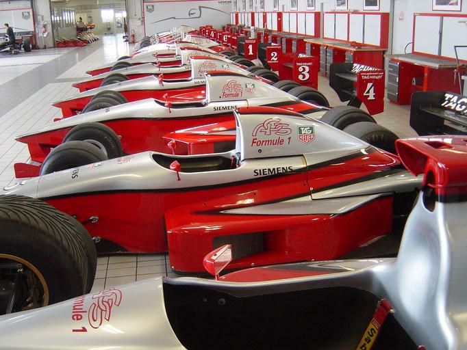 Formel selber fahren Autos in der Werkstatt