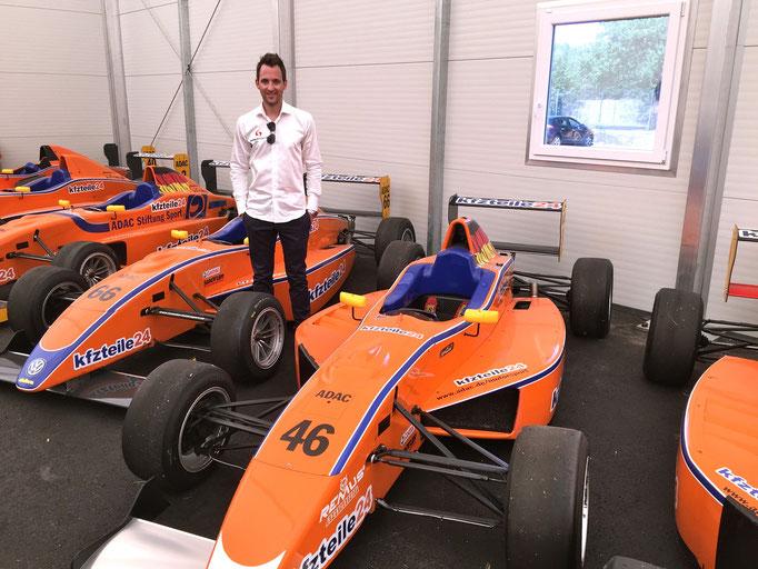 Sven Heidfeld mir einem Formel ADAC Masters Rennwagen Fahrzeug