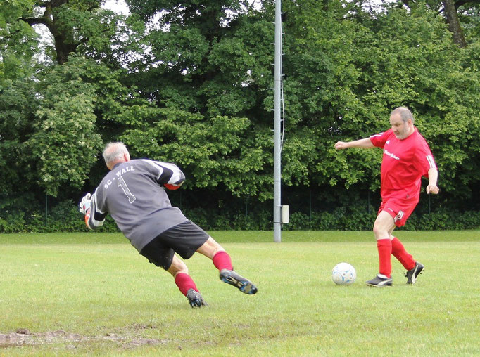Rudi Schneider verlädt Torwart Peter Huber - doch der Ball landet am Pfosten.