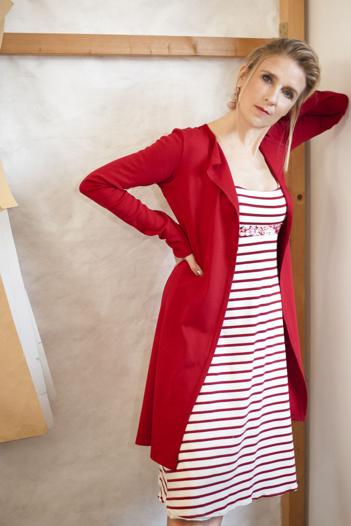 Isa trägt ein Empirekleid aus 95% Biobaumwolle (GOTS) / 5% Elastan, 198€ und eine Basicjacke aus 100% Biobaumwolle, 139€