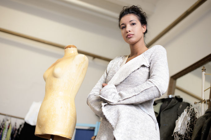 Noemi trägt  eine lange Strickjacke aus Baumwolle, 198€
