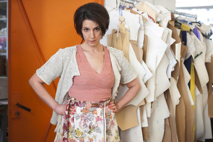 Daniya trägt:  ein Top – Auflage 3 Stück! aus Baumwolle/ Leinen 159€ dazu einen Wickelrock aus Jaquard , Auflage 3 Stück- Baumwolle 229€ und eine kurze Jacke mit Perlenband, aus Baumwolle, Unikat!, 198€