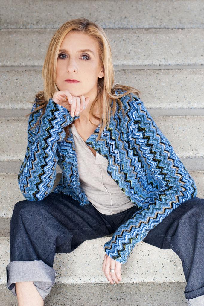 Isa trägt eine Jacke aus Missoni- Strick aus Wolle, Auflage 10 Stück!, 229€ darunter ein Basicshirt aus Viskose und die Bio- Basic- Jeans aus 98% Biobaumwolle (GOTS), 198€