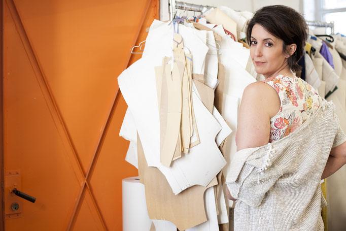 Daniya trägt:  ein Top – Auflage 3 Stück! aus Baumwolle/ Leinen 159€ und eine kurze Jacke mit Perlenband, aus Baumwolle, Unikat!, 198€