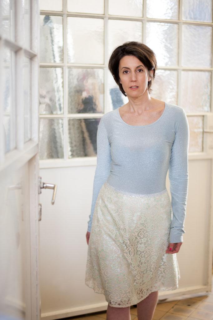 Daniya trägt  ein Lurexshirt aus Viskose/ Lurex, 109€ Spitzenrock mit Glitzerfutter, Unikat, 229€- ausverkauft!