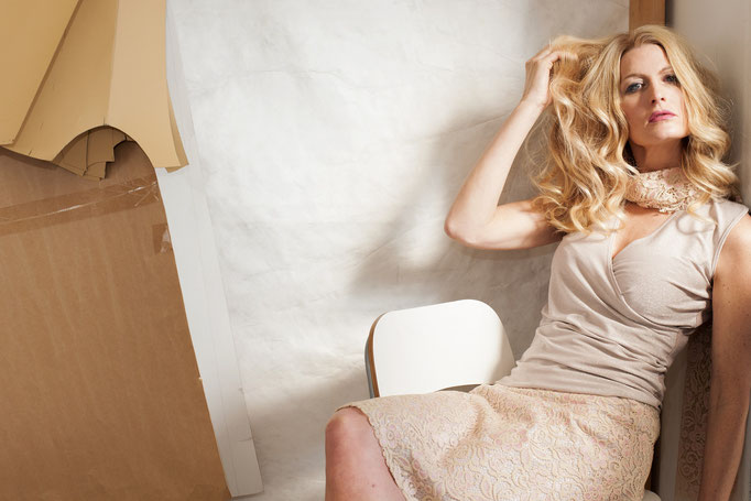 Daniela trägt: ein Wickeltop aus Viskose und Lurex, 129€ einen Spitzenrock- Unikat!- aus Baumwolle/ Viskose mit Glitzerfutter aus Viskose/ Lurex 198€ Spitzenschal- Unikat- 79€
