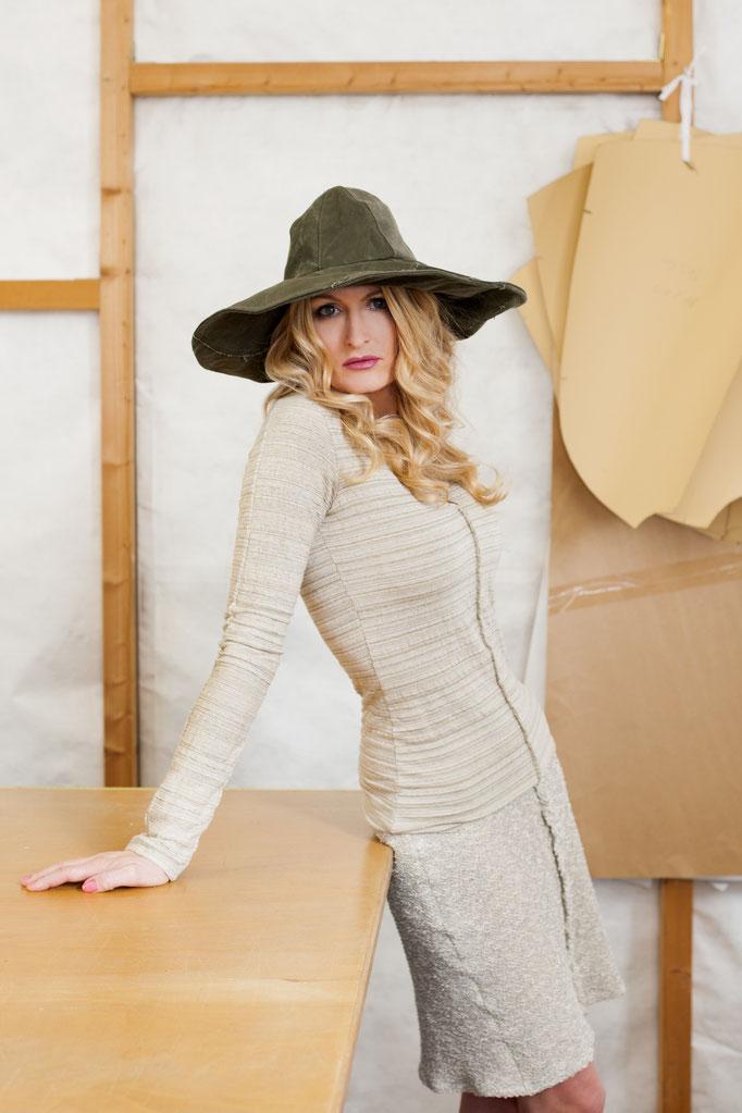 Daniela trägt  ein Shirt- Auflage aus Baumwolle/ Leinen,  8 Stück- 149€ dazu einen Rock, aus Baumwolle/ Elasthan, Auflage 4 Stück-  189€ und einen Hut von fishgetseasick.com 169€